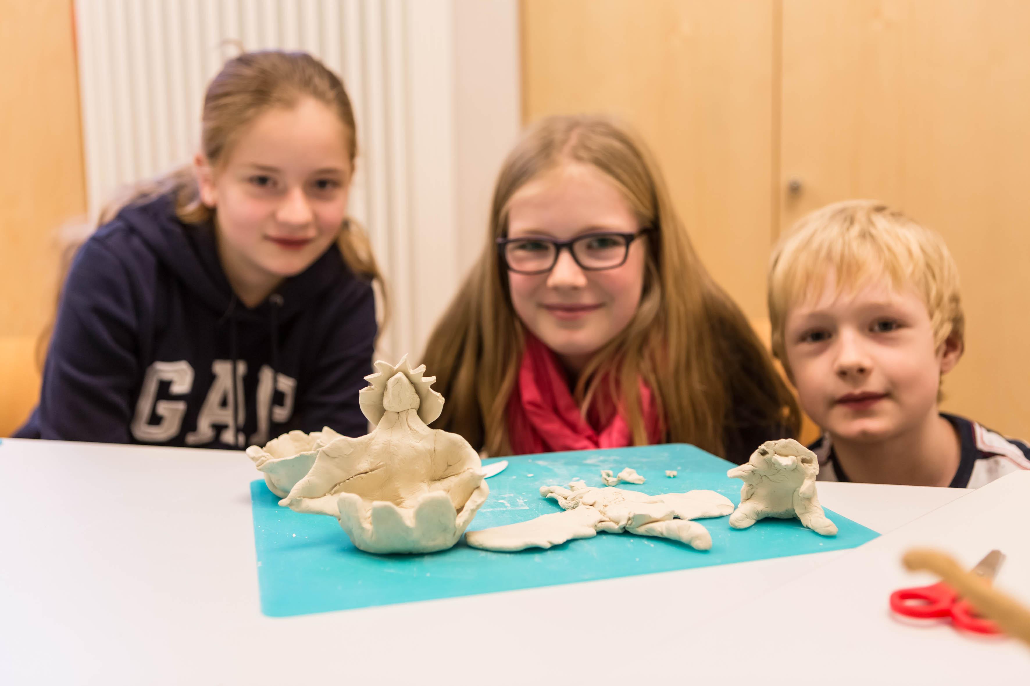 Kinder modellieren Dinosaurier