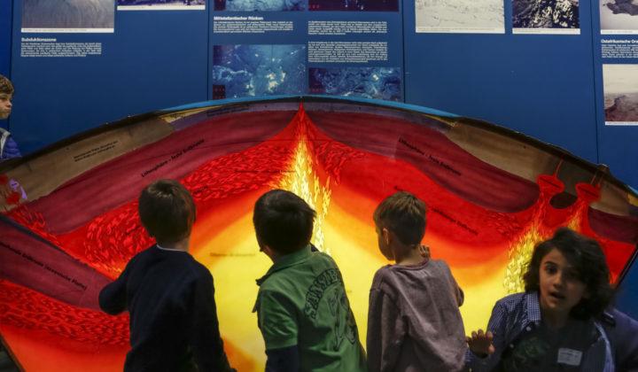 Kinder vor Litosphäre